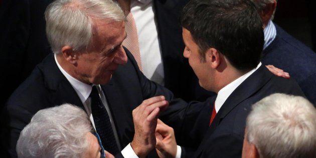 Il sindaco di Milano Giuliano Pisapia (sinistra) con il presidente del Consiglio Matteo Renzi, a margine