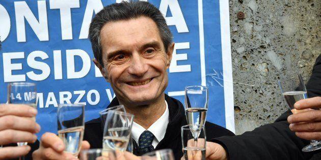 Il candidato presidente per il centrodestra in Lombardia Attilio Fontana brinda con alcuni simpatizzanti...
