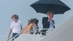 Trump con l'ombrello per proteggersi dalla pioggia, dimentica Melania e Barron, che si