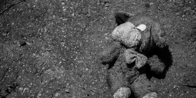 Bimba di 14 mesi azzannata alla testa da un cane in casa: è