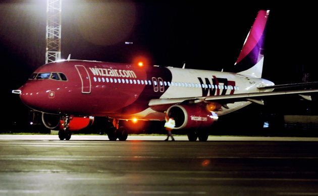Sofia, BULGARIA: TO GO WITH AFP STORY BULGARIA-TRANSPORT-AIR Wizz Air craft gets ready for one of its...