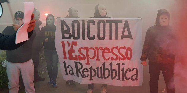 Un'immagine della spedizione di Forza Nuova sotto la sede di Repubblica con i militanti mascherati che...