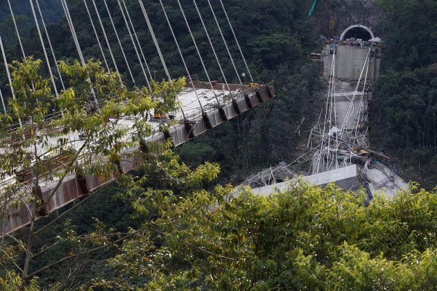 Ponte di 460 metri crolla durante i lavori. Muoiono 10