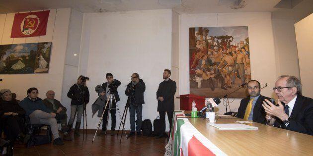 L'esponente del PD, Giorgio Benigni (c) e il ministro dell'Economia, Pier Carlo Padoan, durante un incontro...