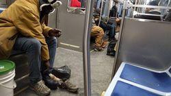 Si toglie le scarpe e le regala a un senzatetto in treno: un gesto che restituisce fiducia