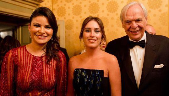 Maria Elena Boschi incanta La Scala in abito blu e verde, ma sceglie di entrare dal