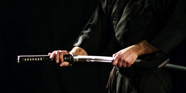 Lite per la successione a colpi di spada samurai in un tempio a Tokyo. Uccide 3 persone, poi fa