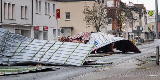 La tempesta Friederike flagella il Nord Europa: venti fino a 200 km orari, almeno 8