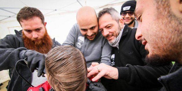 A Napoli ci sono parrucchieri che tagliano gratis barba e capelli per le famiglie più in