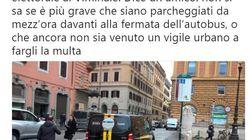 Grillo e Di Maio consegnano il simbolo al Viminale: il furgone di M5s parcheggiato sulla fermata