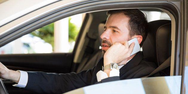 Dietrofront sul raddoppio delle sanzioni per chi parla al telefono mentre guida. Salta anche l'obbligo...