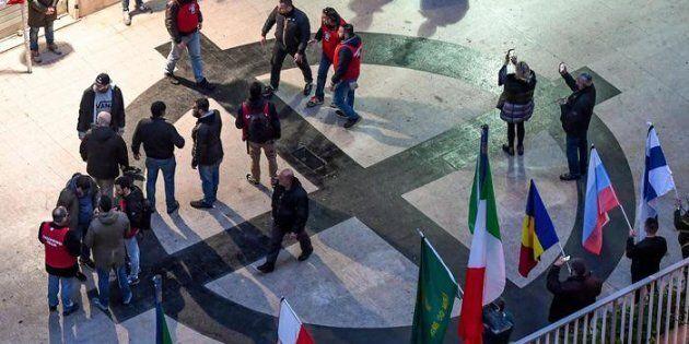 Lanci di sanpietrini e tafferugli, il banchetto di Casapound a Monza degenera in