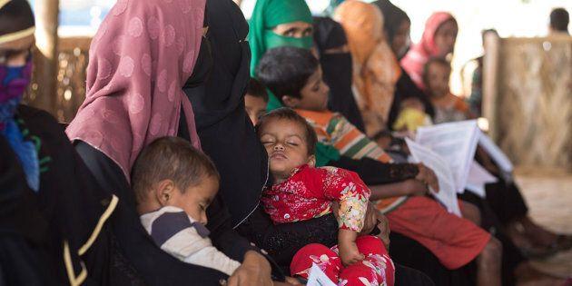 Madri Rohingya in attesa di ricevere assistenza medica presso una delle nostre MOAS Aid Station in