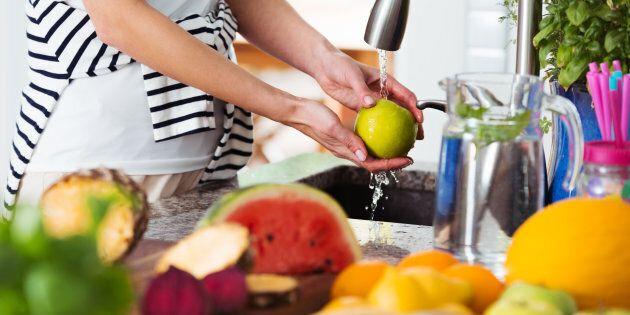 Ecco il modo migliore per lavare frutta e verdura ed eliminare i