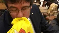 Puigdemont bacia la bandiera spagnola. Il nazionalista lo