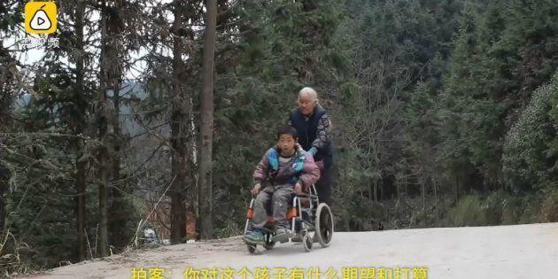 Nonna percorre 24 km al giorno per accompagnare il nipote disabilea