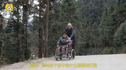 Nonna percorre 24 km al giorno per accompagnare il nipote disabilea scuola: