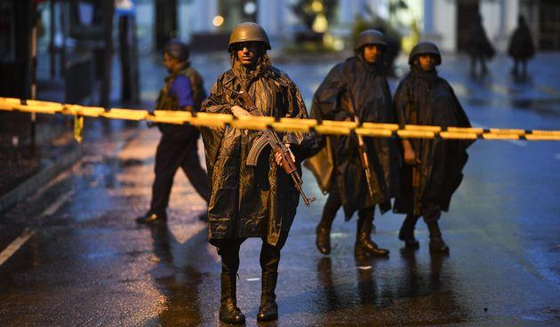Des soldats sri-lankais montant la garde à proximité de l'une des églises visées...
