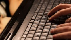 Ricattato da un finto poliziotto per un annuncio hot sul web: un uomo si suicida a