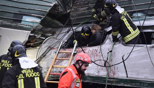 Il sangue sulle lamiere, i sopravvissuti sotto choc: le prime immagini del deragliamento dei treni a