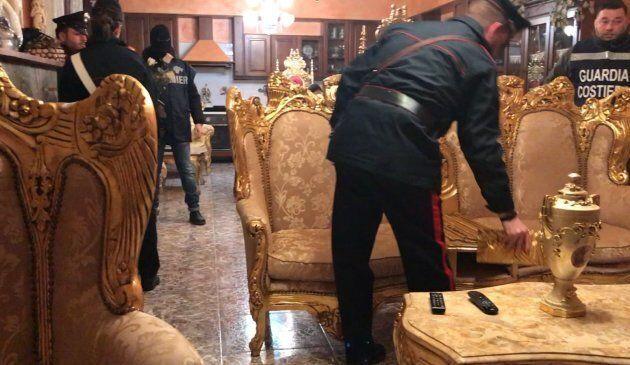 Blitz a Ostia: divani dorati e troni nella villa del clan degli