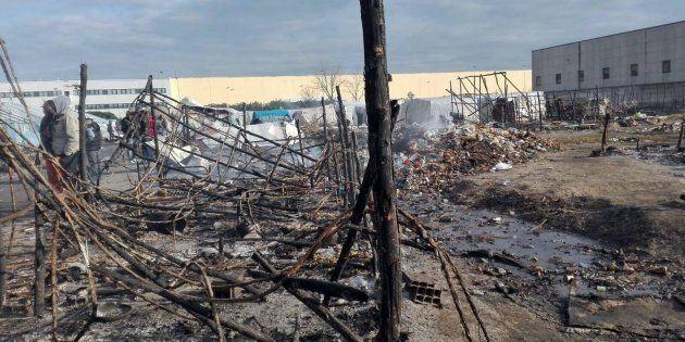 Le baracche e le tende distrutte dall'incendio che si � sviluppato la scorsa notte nella tendopoli...