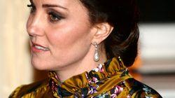 L'abito floreale di Kate (da 2mila sterline) cattura la scena a cena dell'ambasciatore britannico a