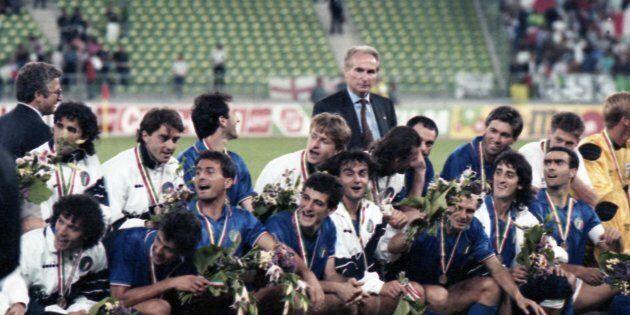 La nazionale italiana allenata da Azeglio Vicini festeggia allo stadio San Nicola di Bari il terzo posto...