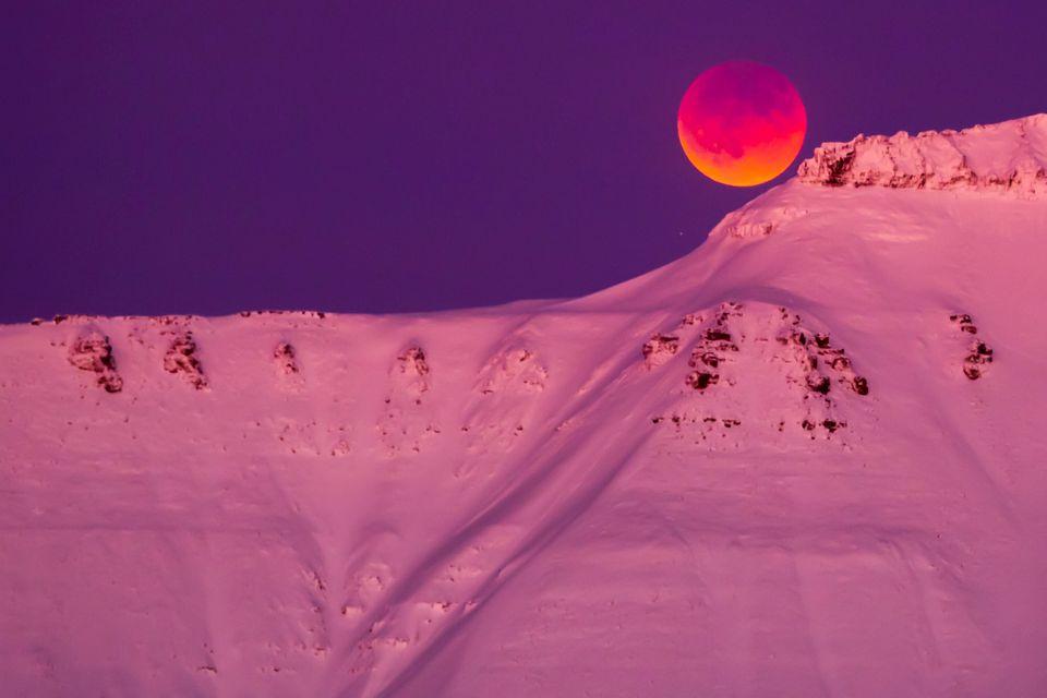 Superluna vista da Longyearbyen, Svalbard,
