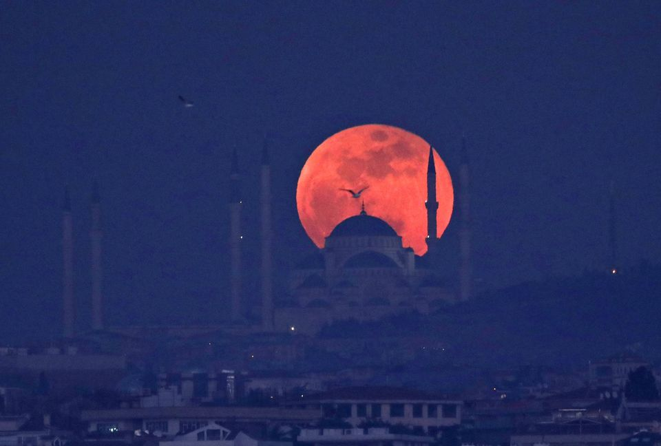 Superluna dietro una moschea sopra la collina di Camlica a Istanbul, in