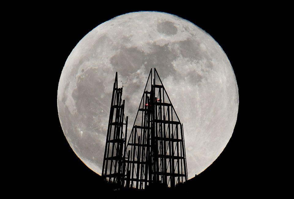 Superluna dietro il grattacielo Shard a Londra, Gran