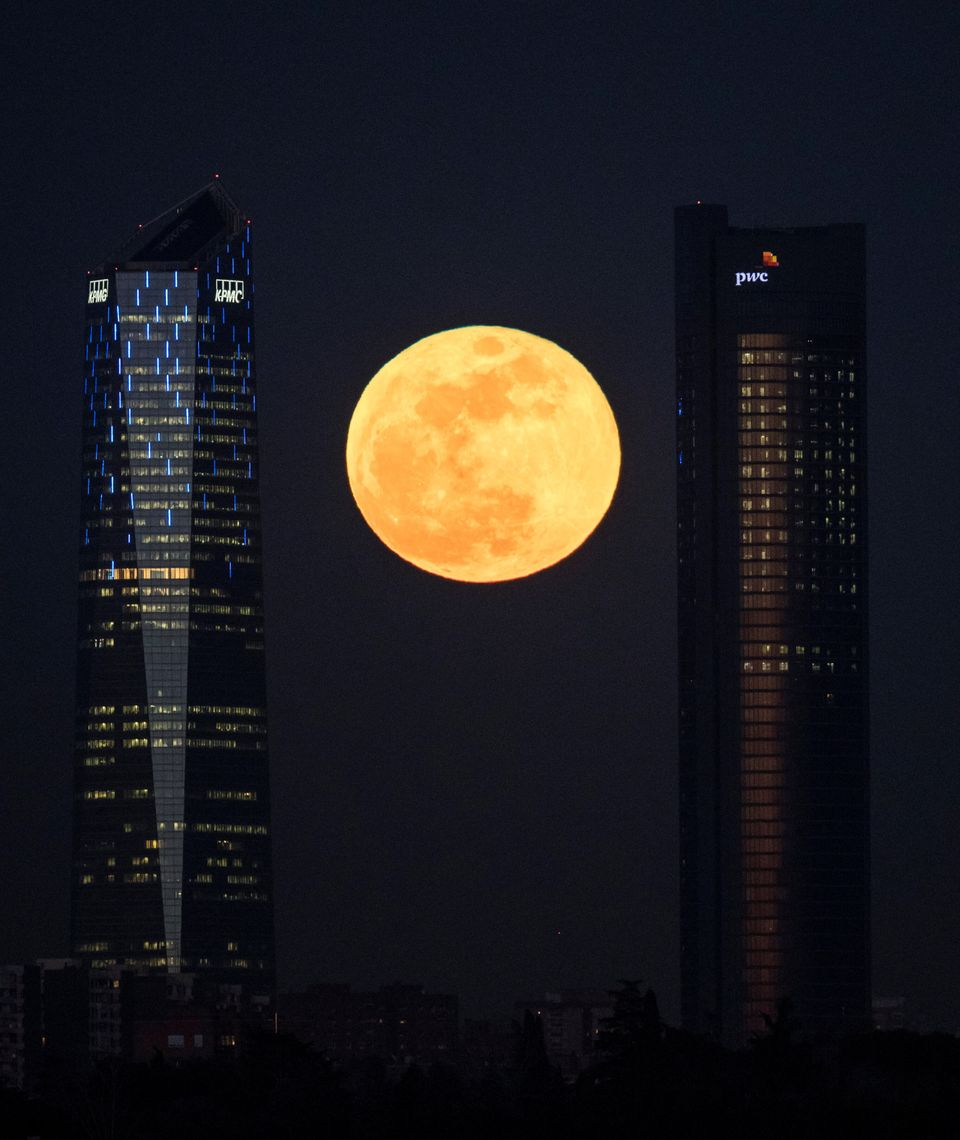 Superluna tra i grattacieli di Madrid, in