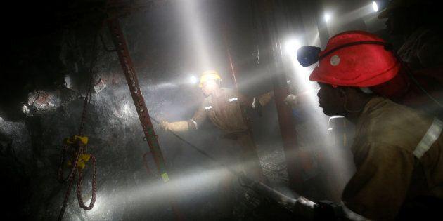 Quasi mille minatori intrappolati sotto terra per un blackout in