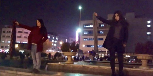Ventinove donne senza velo arrestate in Iran. La polizia: