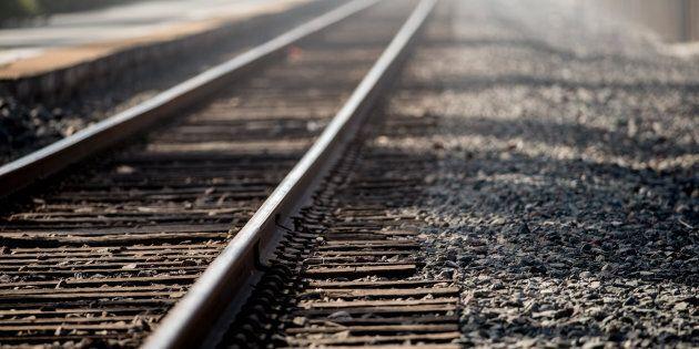 17enne si lancia sotto un treno a Montemarciano, nelle Marche, e viene fotografato da 3