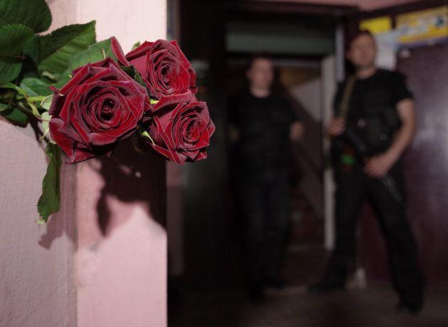 Un mazzo di rose depositato fuori la casa dove si diceva Babchenko fosse stato trovato
