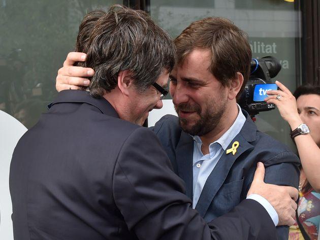 Toni Comín se abraza con Carles Puigdemont, el pasado julio en la Delegación del Gobierno...