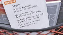 Una compagnia aerea premia la poesia d'amore più bella scritta sul sacchetto del vomito con un volo