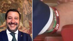 Salvini giura e da sotto al polsino spunta fuori il braccialetto del