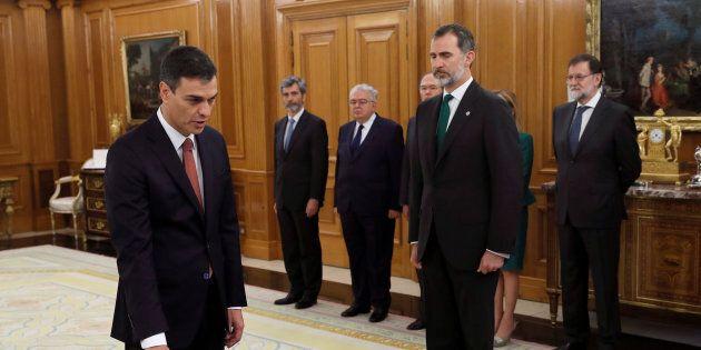Il socialista Sanchez giura nelle mani del re Felipe VI (ma senza la