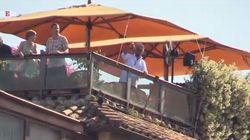 Grillo suona la campanella dalla terrazza dell'hotel mentre in cielo passano le Frecce