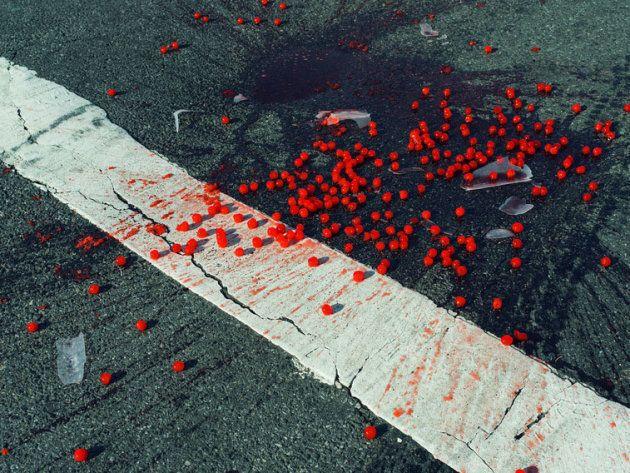 hristopher Anderson: Ciliegie cadute su un passaggio pedonale. New York, USA, 2014. © Christopher Anderson/Magnum