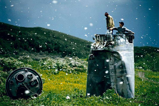 Jonas Bendiksen: Abitanti di un paese nel Territorio dell'Altaj raccolgono i rottami di una navicella...