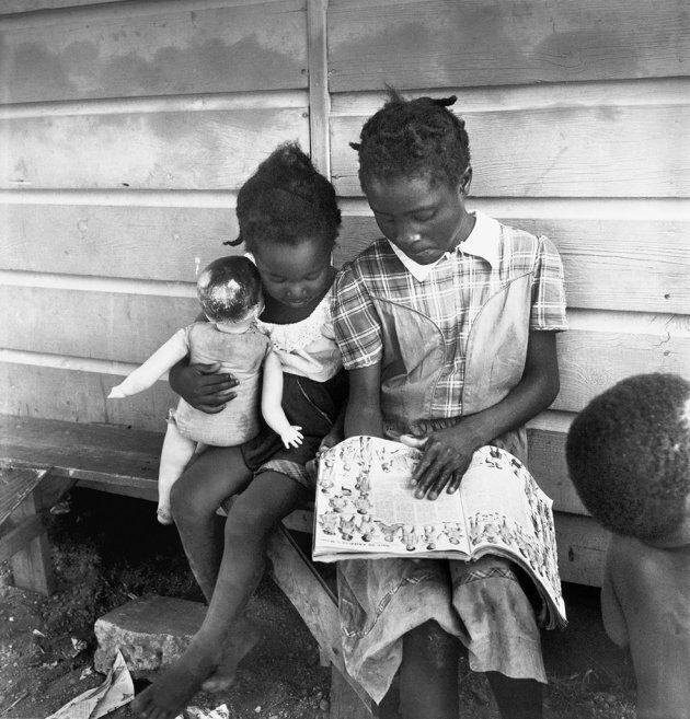 Eve Arnold: Figli di raccoglitori di patate immigrati. Long Island, New York 1951. © Eve Arnold/Magnum