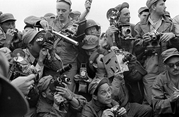 Werner Bischof: Fotografi della stampa internazionale durante la Guerra di Corea. Kaesong, Corea del...