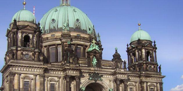 Spari nella Cattedrale di Berlino, zona isolata. La polizia colpisce a un