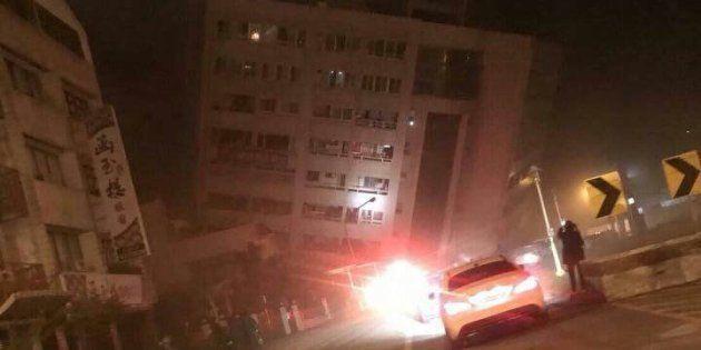 Terremoto di magnitudo 6.4 a Taiwan: edifici crollati, 30 persone intrappolate tra le macerie di un