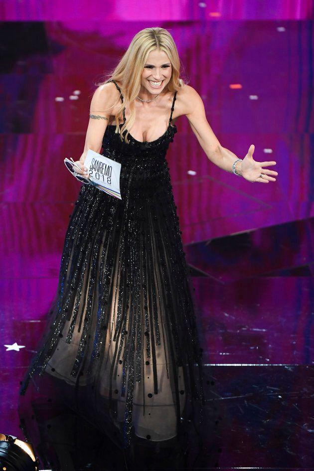 Michelle Hunziker incanta Sanremo con lo scintillio degli abiti firmati Armani. Stasera in Alberta