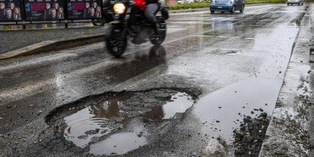 A Roma per combattere le buche arriva l'asfalto