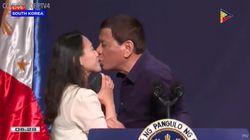 Duterte senza freni: bacia sulle labbra una giovane
